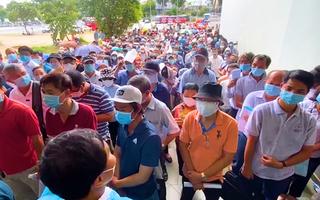 Video: Dòng người chờ tiêm vắc xin COVID-19 tại Nhà thi đấu Phú Thọ