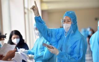 Video: Hoa hậu, ca sĩ làm tình nguyện viên điều phối người dân tiêm vắc xin ở TP.HCM