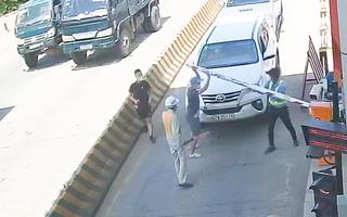 Video: Nhóm tài xế đi ngược chiều, bẻ gãy barie của trạm thu phí ở Khánh Hòa