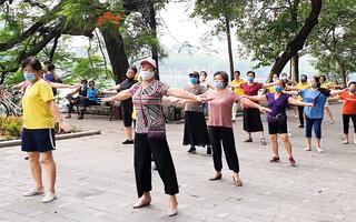 Video: Hà Nội 'nới lỏng', người dân phấn khởi tập thể dục bên bờ hồ