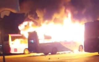 Video: Lửa thiêu rụi xe khách giường nằm, nhiều tiếng nổ bùm bùm trong lúc cháy