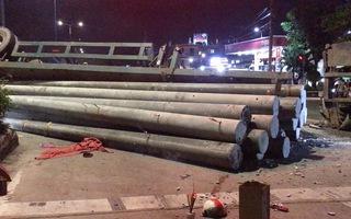 Video: Xe container chở cột điện lật nhào, đè chết thanh niên đi xe máy