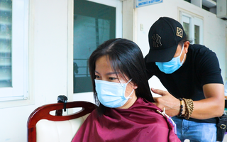 Video: Nữ bác sĩ 'hi sinh' mái tóc dài đen mượt để tham gia chống dịch