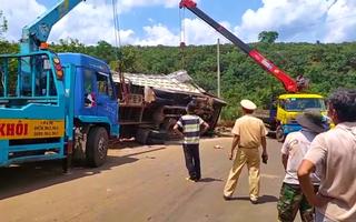 Video: Xe tải chở gạch rớt xuống mương thoát nước làm 2 người tử vong