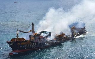 Video: Tàu chở 1.486 container bốc cháy 2 tuần, đang chìm xuống biển Sri Lanka
