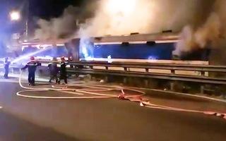 Video: Dập tắt đám cháy trên toa tàu đang chạy lúc giữa đêm tại Đà Nẵng