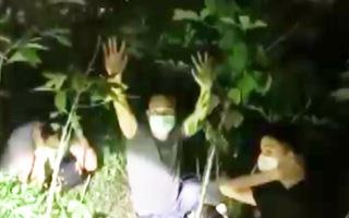 Video: 3 người Trung Quốc bung cửa xe ô tô tháo chạy khi gặp chốt kiểm dịch trên đường vào TP.HCM