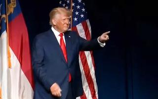 Video: Xuất hiện trên sân khấu, ông Trump nêu con số 10.000 tỉ USD yêu cầu Trung Quốc bồi thường