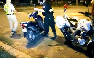 Video: Bị CSGT vây bắt, nhiều 'quái xế' lao xuống kênh trốn nhưng không thoát