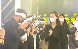 Video: Người thân và bạn bè nghẹn ngào đưa tiễn hoa hậu Nguyễn Thu Thủy