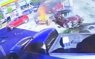 Video: Nữ tài xế uống rượu lái ô tô 'đâm gục' trụ bơm nhiên liệu, trên xe có 2 trẻ em
