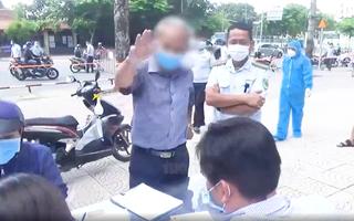 Video: Người đàn ông ra đường 'không cần thiết', chửi bới, giật biên bản của lực lượng chức năng