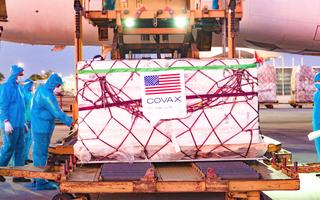 Video: Vắc xin COVID-19 loại Moderna Mỹ tặng đã về đến sân bay Nội Bài