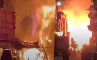 Video: Cháy lớn trong khu phong tỏa ở quận 3, gây thiệt hại 5 căn nhà