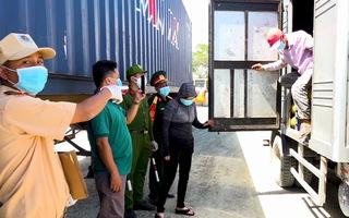 Video: Trốn sau thùng xe tải chở mít để né chốt kiểm dịch COVID-19