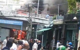 Video: Cháy nhà dân trên đường Phạm Hùng quận 8, lan ra đường dây điện
