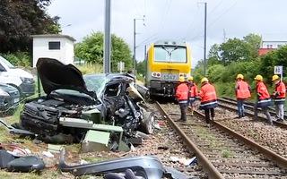 Video: Nữ tài xế kịp thoát thân trước khi bị tàu hỏa húc văng ô tô cố băng qua đường ray