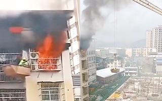 Video: Dùng cần cẩu cứu cậu bé kẹt trong căn hộ tầng 7 đang bốc cháy