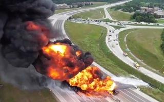 Video: Xe bồn chở nhiên liệu cày dải phân cách, trở thành 'quả bom lửa' trên cao tốc