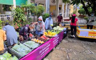 Video: Xếp hàng cả trăm mét mua thực phẩm ở 'siêu thị lưu động', tăng thêm máy tính tiền