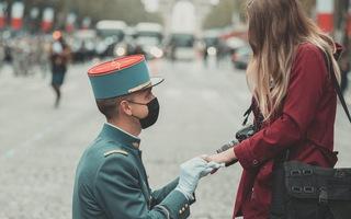Video: Học viên quân sự cầu hôn bạn gái trước lễ duyệt binh Quốc khánh Pháp