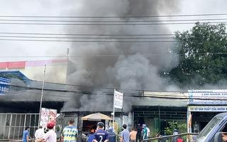 Video: Cháy cửa hàng phụ tùng ôtô nằm cạnh cây xăng trên quốc lộ 1