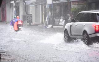 Video: TP.HCM mưa trắng trời hơn 1 tiếng đồng hồ, nhiều nơi ngập sâu