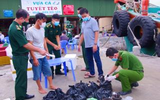 Video: Tàu cá giấu trong 'vách bí mật' 45kg thuốc nổ