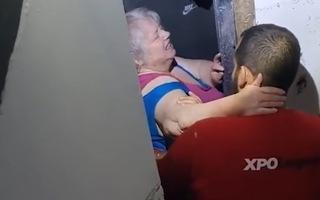 Video: Dùng búa tạ đập tường cứu người phụ nữ kẹt trong căn nhà ngập lũ ở Bỉ