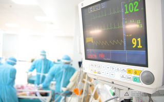 Video: Bệnh viện hồi sức COVID-19 tìm cơ hội sống cho những F0 nguy kịch