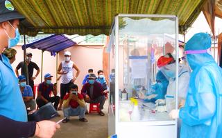 Video: Tài xế chở hàng được tháo gỡ ách tắc 'giấy thông hành âm tính' ở 19 tỉnh thành phía Nam