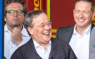 Video: Thống đốc bang xin lỗi vì cười khi đi thăm vùng lũ tại Đức