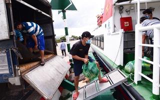 Video: 40 tấn rau, củ chở bằng tàu cao tốc từ Tiền Giang đến TP.HCM cung cấp cho người dân