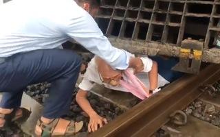 Video: Ai cũng thở phào khi cứu được ông lão người Ấn Độ bị cuốn vào gầm tàu hỏa