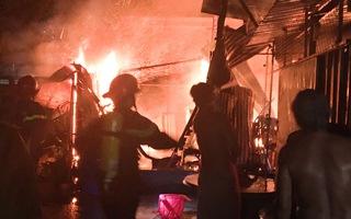 Video: Cháy nhà trong hẻm đang bị cách ly ở Thủ Đức, một người chết