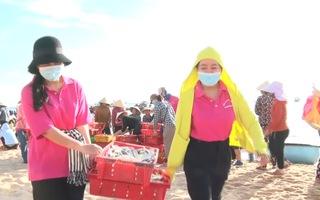 Video: Ấm lòng hình ảnh góp cá gửi người dân vùng dịch TP.HCM