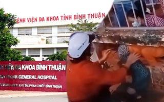VIDEO NÓNG: 500 người nhà và bệnh nhân rời bệnh viện khi chưa gỡ phong tỏa, có người chui xuyên tường rào