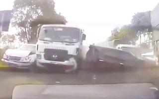 Video: Hàng loạt xe đâm liên hoàn trên quốc lộ, phải dùng máy cắt đưa người ra ngoài, 1 nạn nhân đã tử vong