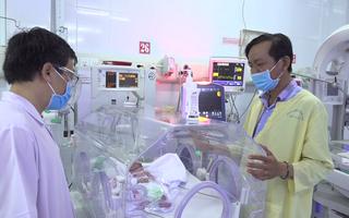 Video: Thượng úy công an lái xe chuyên dụng đưa sản phụ mang song thai đi sinh