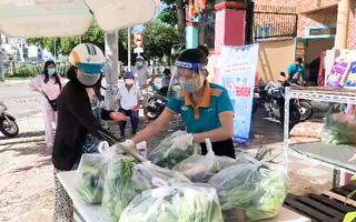 Video: Nhiều đơn hàng mua rau củ qua kênh online, bưu cục giao không kịp