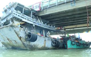 Video: Giải cứu tàu cá bị kẹt gầm cầu ở Vũng Tàu