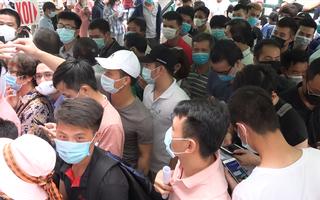 Video: 'Biển người' chen lấn, xô đẩy chờ xét nghiệm COVID-19 tại Hà Nội