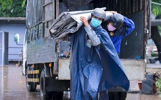 Video: Công nhân đội mưa xây khu cách ly F0 ở sân bóng Phú Nhuận