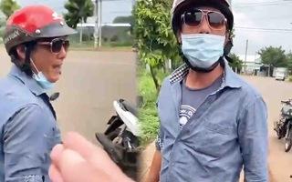 Video: Tạm giữ hình sự người đàn ông thách thức, đạp vào đùi thành viên chốt kiểm soát dịch