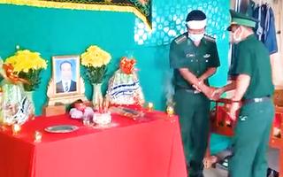Video: Cha đột quỵ qua đời, con phải lập bàn thờ nơi biên cương chống dịch COVID-19 để vái vọng