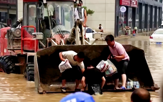 Video: Ngập lụt vẫn khốc liệt ở nhiều nơi của Trung Quốc
