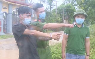 Video: Mang dao đi đòi nợ, một người bị đâm chết