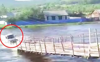 Video: Khoảng khắc cầu sập, nước lũ cuốn trôi chiếc xe tải xuống sông