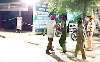 Video: Người đàn ông có biểu hiện say rượu, dọa 'kêu người tới đánh' công an