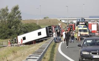 Video: Xe buýt lật trên cao tốc, 10 người chết, ít nhất 44 người bị thương ở Croatia